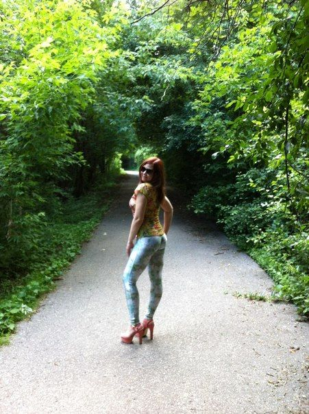 В обтягивающих штанах из социальных сетей. девушек. Фотографии стройных.