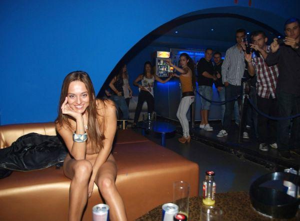 разделась в ночном клубе фото